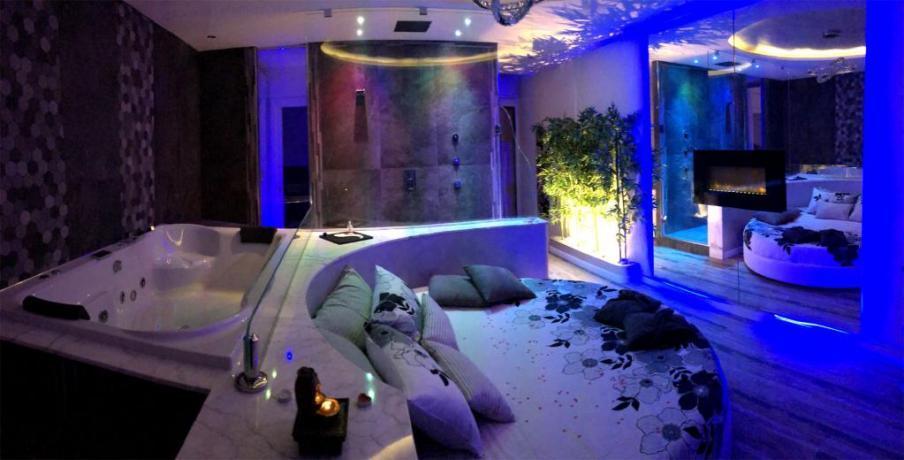 Letto e vasca idromassaggio della Luxury SPA Suite