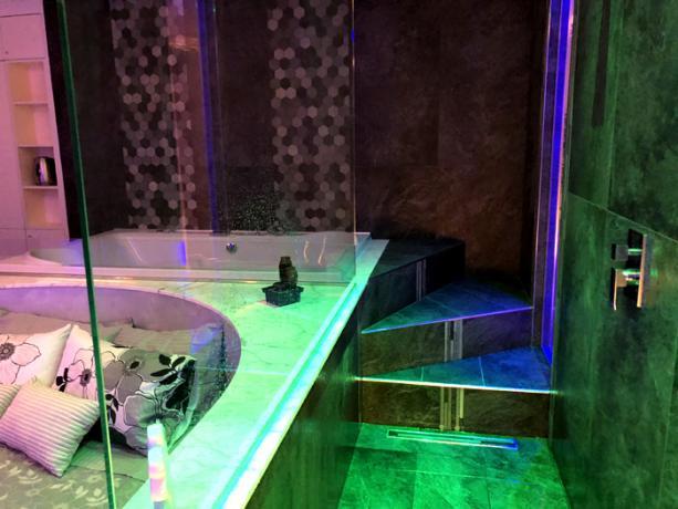 Accesso alla vasca idromassaggio della Luxury SPA Suite